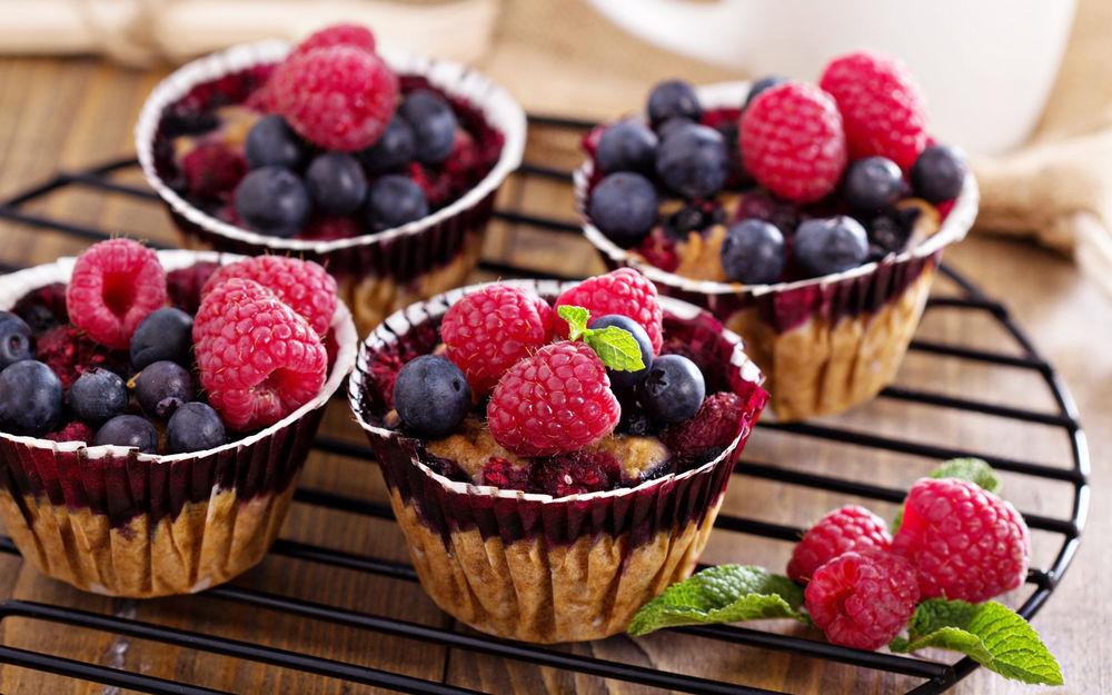 кексы в формочках с ягодами