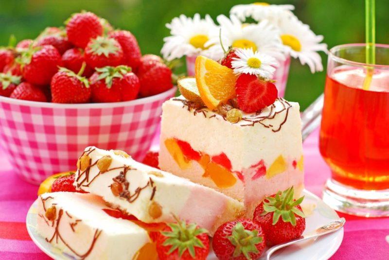 Десерт с зефиром и фруктами