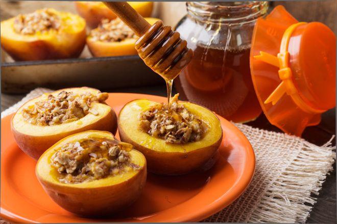 Запеченные персики с миндалем