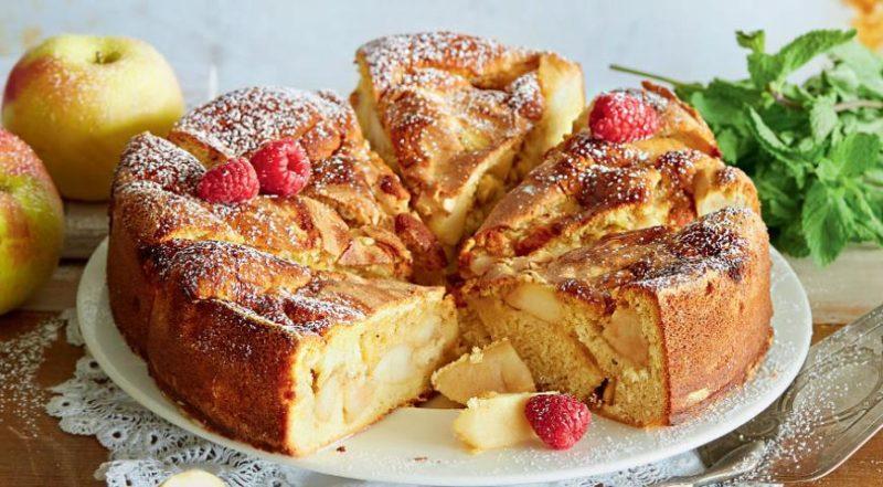 Пышная шарлотка с яблоками — рецепт со сметаной