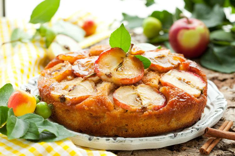 Шарлотка с яблоками на сметане — простой рецепт