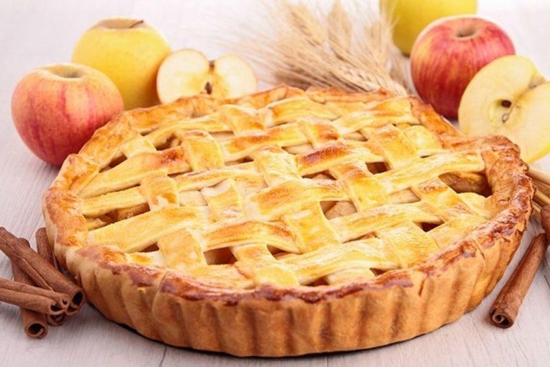 Шарлотка с яблоками — рецепт с орехами и изюмом