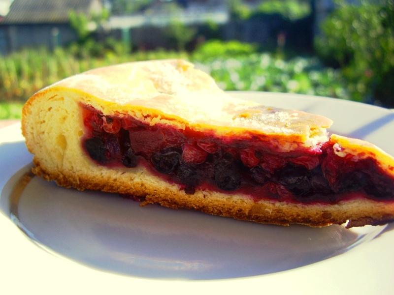 Быстрый пирог с замороженными ягодами в мультиварке