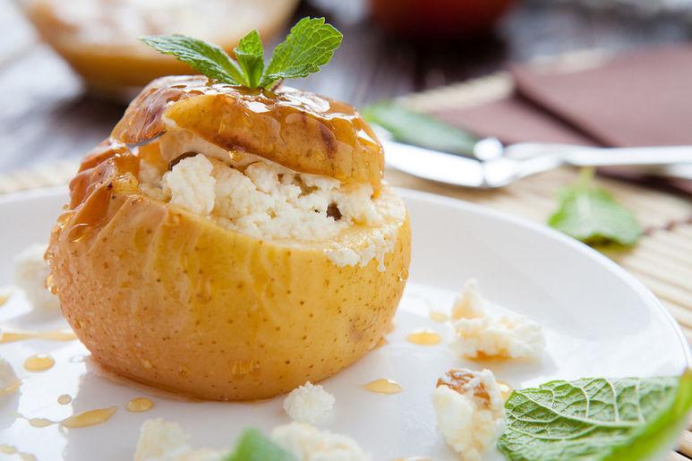 Запеченные яблоки с брусникой и медом