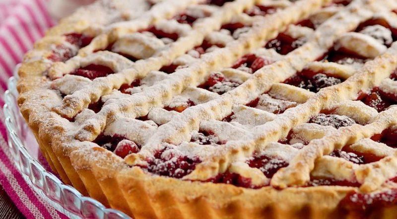Пирог из слоеного теста с замороженными ягодами (из готового теста)