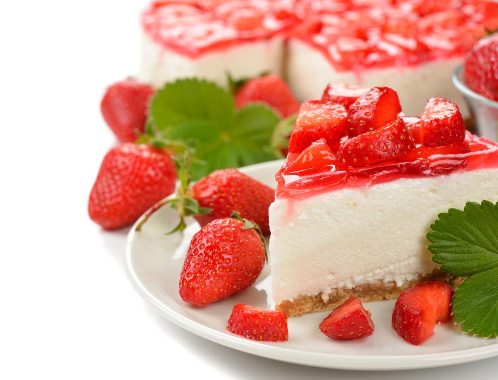 Торт творожный с клубникой