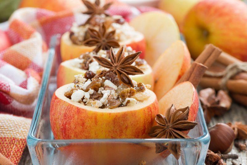 Яблоки, фаршированные творогом и корицей, запеченные в духовке