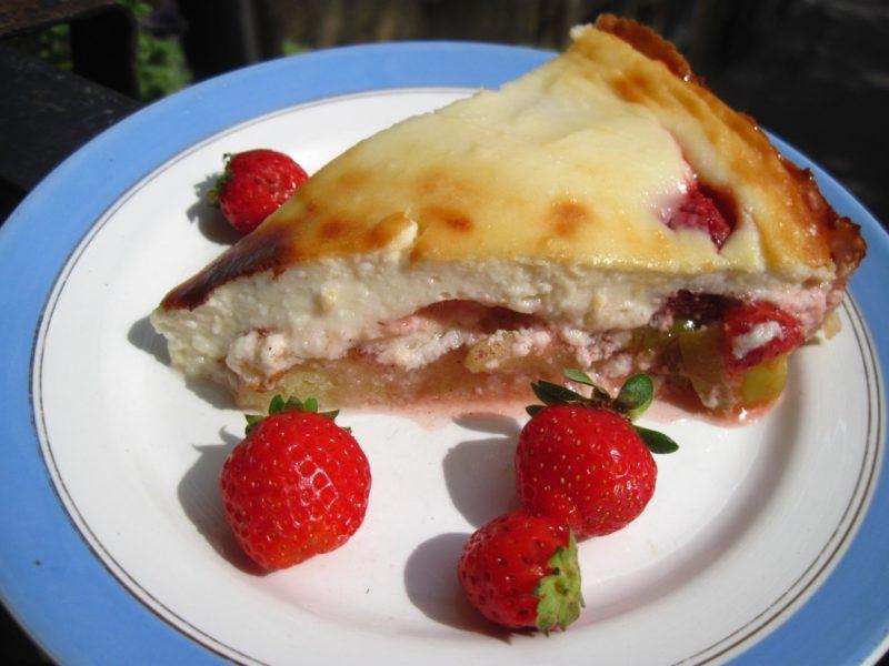 Заливной клубнично-творожный пирог на кефире